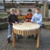 Kinder an einer 100 cm Tischtrommel