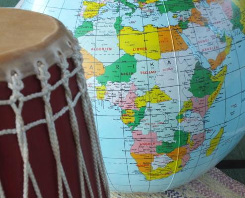 Trommel und Globus-Afrika