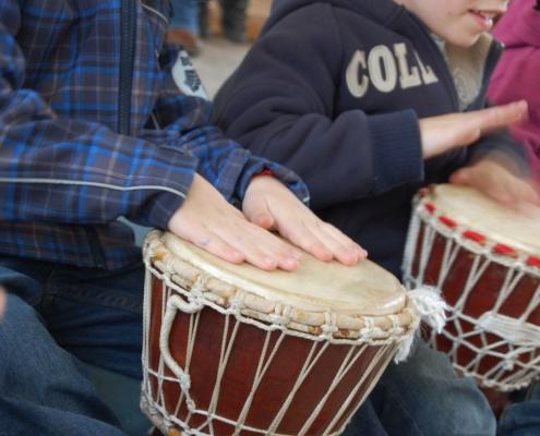 Kinderhände ruhen auf einer Trommel