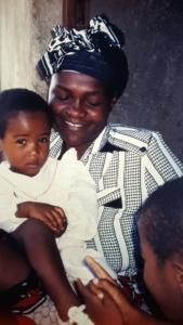 Tansanische Mutter mit zwei Kindern