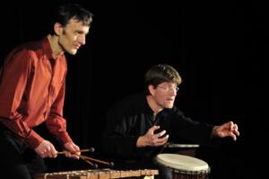 Trommler und Marimbaspieler auf der Bühne