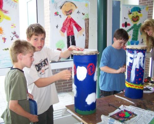 Grundschüler bauen und bemalen Kanalrohrtrommeln