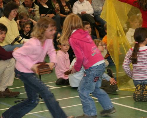 konzentriert tanzende Kinder,