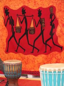 Trommeln und afrikanisches Tuch
